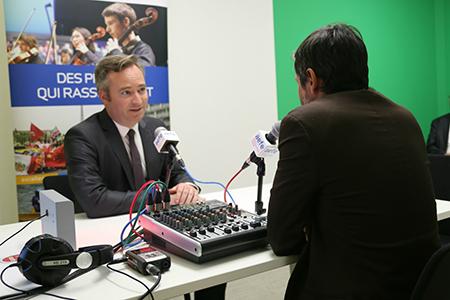 Le secrétaire d'État Jean-Baptiste Lemoyne au studio de Web radio de l'AEFE le 4 septembre 2017.