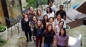De jeunes volontaires du service civique réunis à l'AEFE avant leurs missions. Photo de groupe dans le patio de l'AEFE à Paris le 31 août 2018.