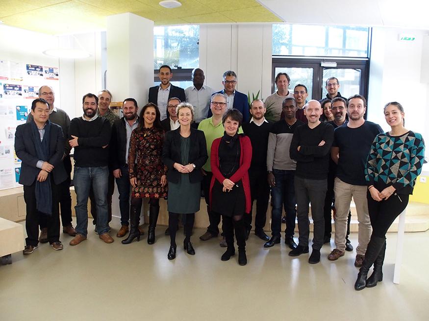 Photo de groupe de quinze participants au séminaire réunissant des correspondants systèmes d'information (COSI) des établissements mutualisateurs © AEFE