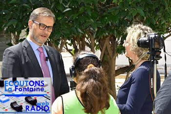 """Photo d'Olivier Brochet, directeur de l'AEFE, interviewé par les jeunes reporters de la web radio """"Écoutons La Fontaine"""" à Fès, le 9 mai 2019."""