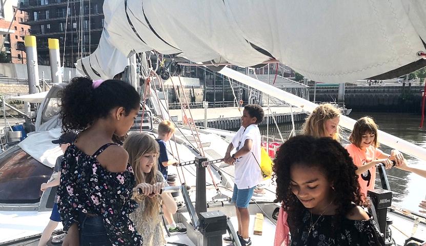 Les élèves de Radio LFH ont visité le bateau d'exploration scientifique Tara et ont posé quelques questions au second capitaine.