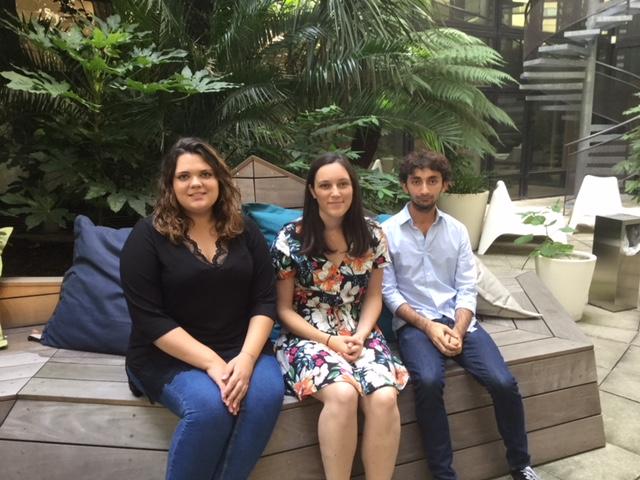 Aurore, Manon et Ruben, volontaires du service civique, ici dans le patio du siège parisien de l'AEFE