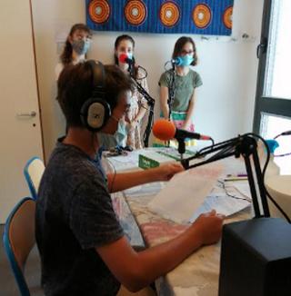 Les collégiens dans leur studio radio en train d'enregistrer leur émission