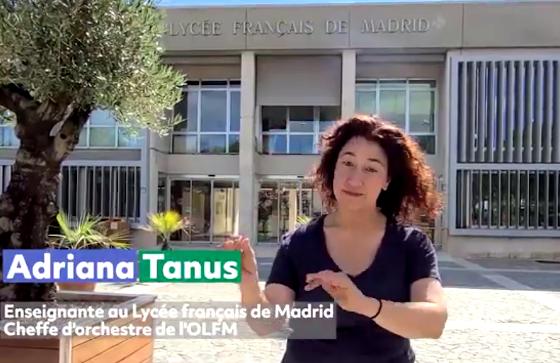Adriana Tanus mimant les geste de la cheffe d'orchestre devant le Lycée français de Madrid