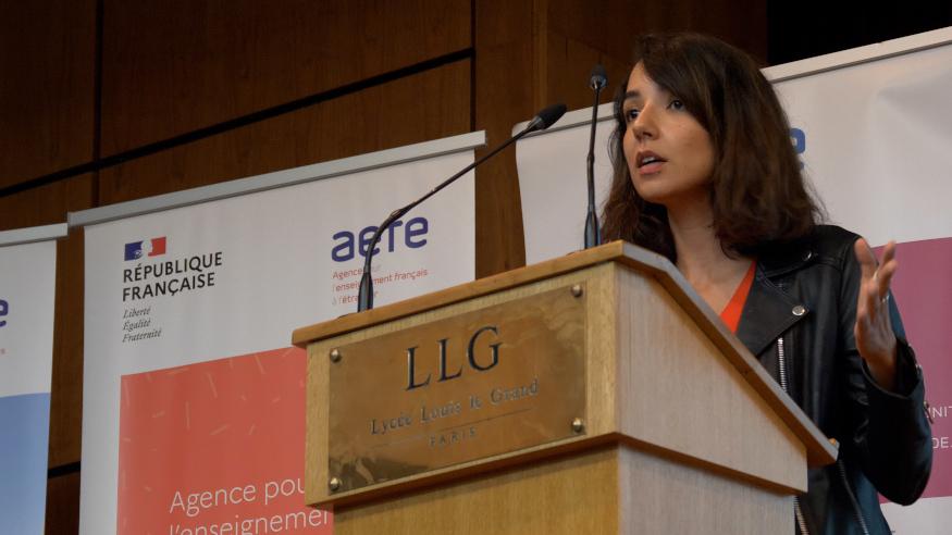 La romancière Hajar Azell faisant son intervention