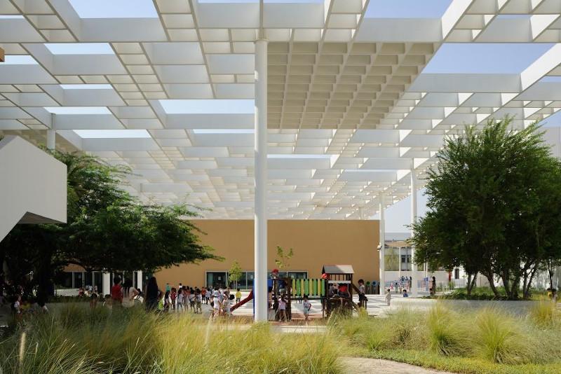 Photo de l'ombrière du lycée Louis-Massignon à Abu Dhabi.