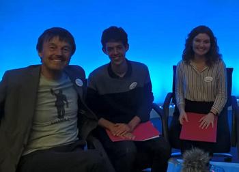 Photo de Nicolas Hulot et les deux élèves du Lycée franças de Valence qui l'ont interviewé pendant La COPVAL 2019
