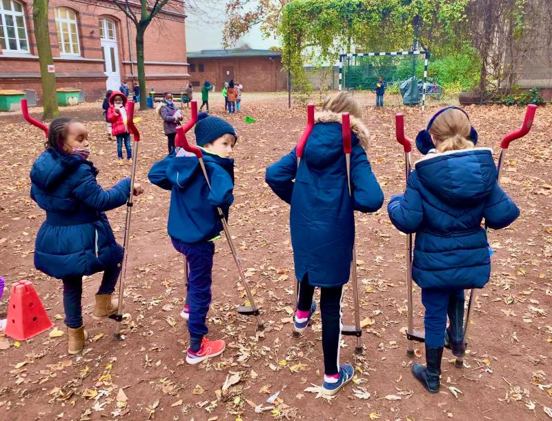 Photo d'enfants jouant avec des échasses