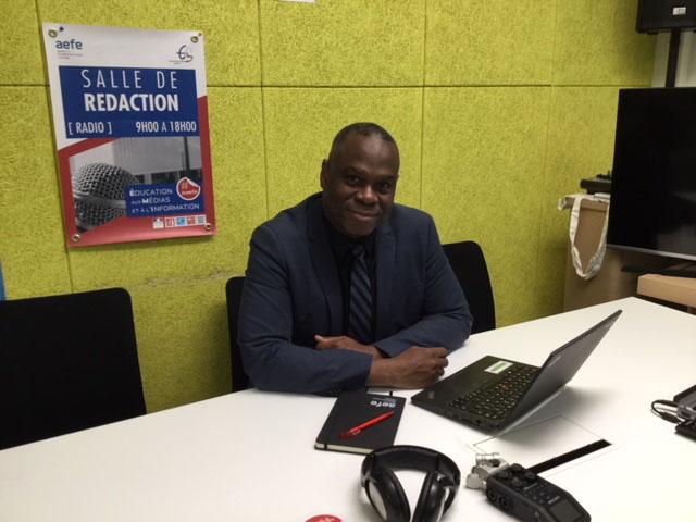 Jean-Pierre Avril, inspecteur de sciences physiques, dans le studio de la Web radio de l'AEFE