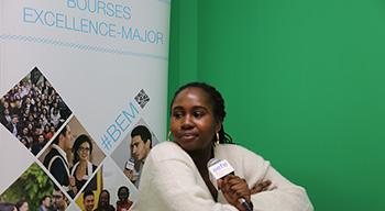 Manuela Boma Atta dans le studio de l'AEFE