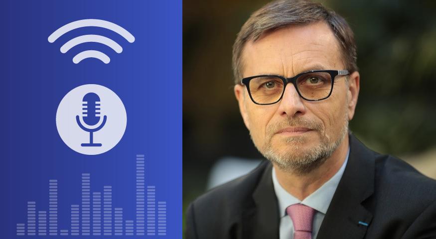 Visuel avec un picto évoquant un micro pour la radio et une photo-portrait du dirceteur de l'AEFe, Olivier Brochet