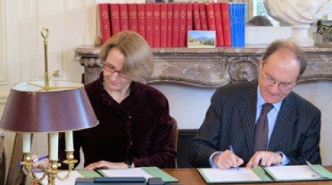 Anne-Marie Descôtes, directrice de l'AEFE, et François Perret, directeur du CIEP, signant la convention qui définit le partenariat des deux opérateurs publics. © AEFE