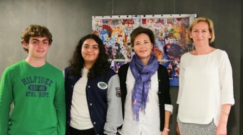 Au siège de l'AEFE à Paris, de g. à dr. : les sentinelles du climat, Gabriel et Carla, leur enseignante de SVT, Guénaëlle Kervella, et la directrice de l'Agence, Hélène Farnaud-Defromont.
