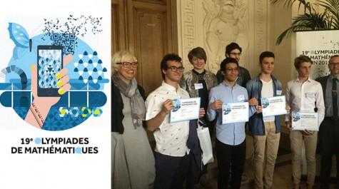 De G. à D. : Pascale Louvrier, inspectrice pédagogique à l'AEFE, les lauréats du réseau AEFE présents à la cérémonie, et Karim Zayana, président du jury. © AEFE