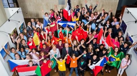 Les finalistes de l'édition 2015 dans le foyer de l'Unesco à Paris, autour de la directrice de l'AEFE.