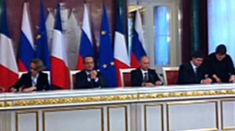 Signature du bail d'extension du lycée français de Moscou.  De G à D : Mme Descôtes, directrice de l'AEFE, M. Hollande, président de la République, M. Poutine, président de la Fédération de Russie, M. Klinkov, agence fédérale Rosimouchtchetsvo.
