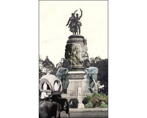 Lycée français René-Descartes à Phnom Penh (Cambodge).<br /> Photomontage autour d'un monument aux morts surplombé par deux statues de soldat et au pied duquel jaillissent deux éléphants de pierre, symbolisant traditionnellement mémoire et sagesse.