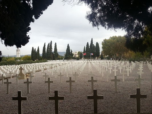 Groupe scolaire Jean-de-La-Fontaine à Fès (Maroc).<br /> Plan d'ensemble sur un cimetière de croix blanches avec en point de fuite les drapeaux du Maroc et de la France flottant au vent. Une photographie qui marque par sa solennité.