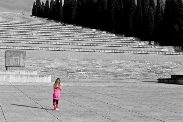 Lycée Chateaubriand à Rome (Italie).<br /> Au premier plan, de dos, une fillette vêtue d'une robe rose fuchsia s'avance vers un grand escalier de pierres en noir et blanc. Allégorie d'une jeunesse haute en couleur marchant à la rencontre d'un siècle d'histoire figé dans la pierre.