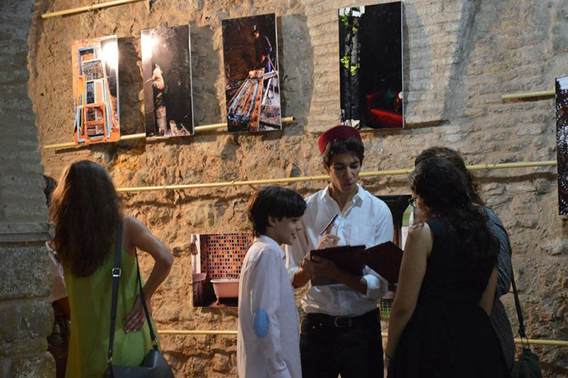 Les élèves accompagnent les visiteurs de l'exposition pour leur expliquer la démarche du projet. © Lycée Pierre Mendès-France