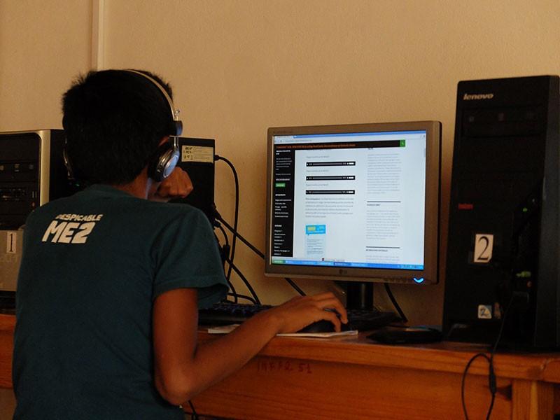 Un élève est en train de publier un contenu sur la bibliothèque sonore © Collège René Cassin de Fianarantsoa