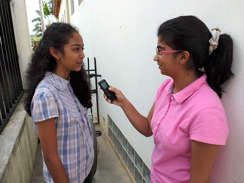 Deux élèves s'interviewent pour la bibliothèque sonore © Collège René Cassin de Fianarantsoa