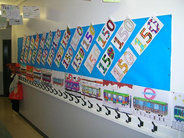 Les élèves de grande section ont crée des logos en papier. © Ecole