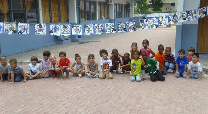 Des élèves posent avec leurs oeuvres dans la cour du lycée René-Descartes pendant La Grande Lessive © Lycée René-Descartes