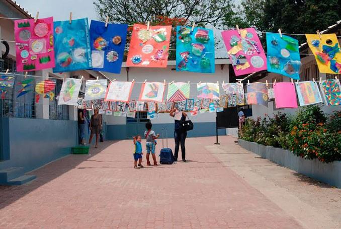 Les oeuvres des élèves du lycée René Descartes étendues sur des fils pendant La Grande Lessive © Lycée René-Descartes