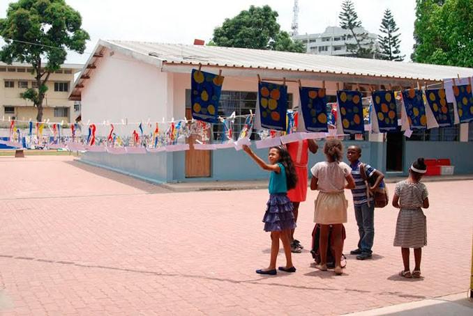 Visite de l'exposition La Grande Lessive à Kinshasa © Lycée René-Descartes