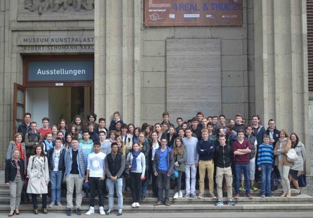 Photo de groupe devant le Musée KunstPalast de Düsseldorf © Lycée français de Düsseldorf