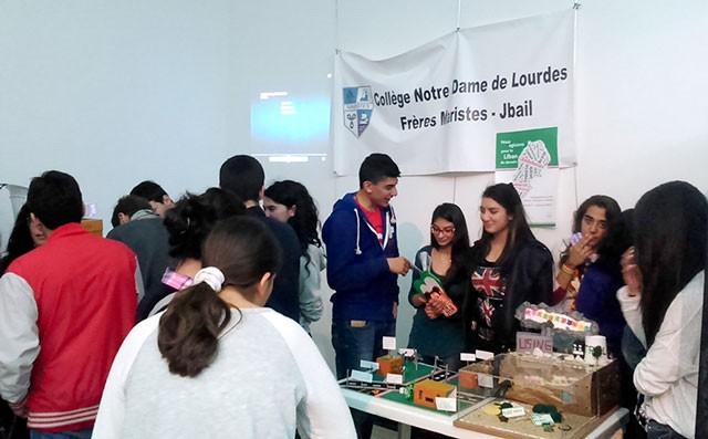 Les élèves du Collège Notre-Dame de Lourdes ont expliqué à quoi ressemble un quartier écologique. © AEFE