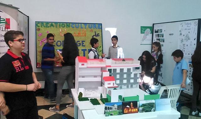 Des élèves d'Elite Beyrouth présentent les différentes actions mises en place dans leur établissement pour en faire une école « ou-verte ». © AEFE