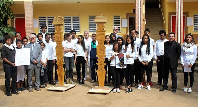 L'inauguration des deux œuvres au Lycée Français de Tananarive en présence de l'Attaché de Défense de l'Ambassade de France © Lycée français de Tananarive