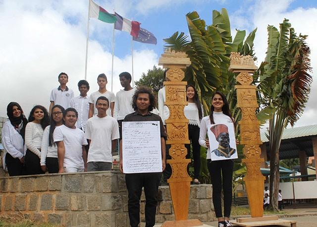 Les élèves devant des « arbres du voyageur », un symbole pour ces 4000 tirailleurs malgaches morts loin de leur terre natale © Lycée français de Tananarive