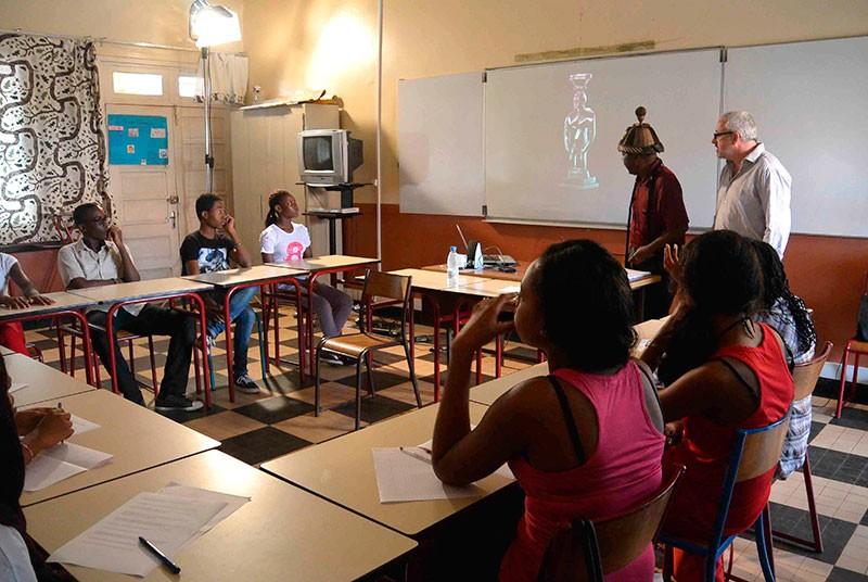 """Séance de travail sur le tournage du film """"À l'école de Francis Sumegné"""" © Lycée français Fustel-de-Coulanges"""