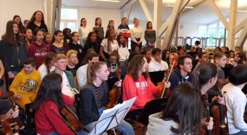 Retour en images et en son sur un chœur et un orchestre à l'unisson