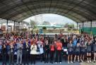 Les participants rendant hommage à Paris 2024. Au centre, l'ambassadeur de France au Pérou, Antoine Grassin, la taekwendoïste Gwladys Épangues et la basketteuse Emmeline Ndongue. © Lycée franco-péruvien