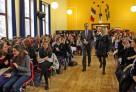 Entrée de Jean Tirole dans la salle de conférence du lycée français de Stockholm, en compagnie du proviseur, Sophie Maraux.