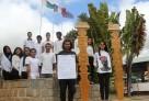 Les élèves posent devant les aloalo