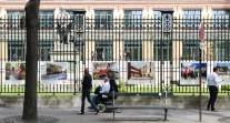 """Exposition """"25 ans de l'AEFE, à l'école du développement durable"""" sur les grilles du ministère des Affaires étrangères"""