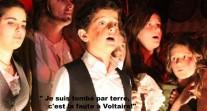 Chœur d'élèves pendant le spectacle Rock-Opéra Rédemption au lycée franco-hellénique d'Athènes