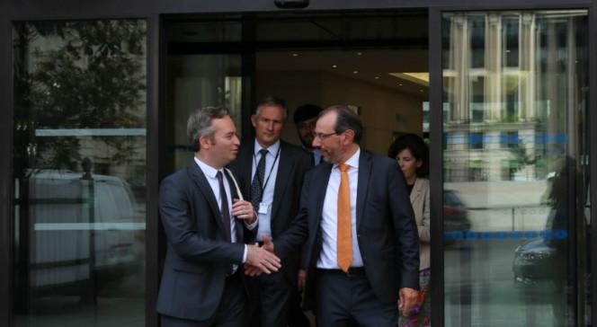 Visite de Jean-Baptiste Lemoyne à l'AEFE : poignée de main