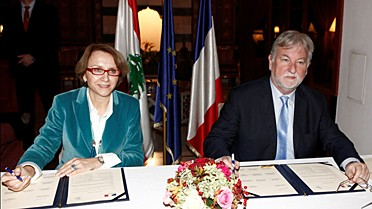 L'ambassadeur de France au Liban et la directrice de l'AEFE sign