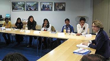 À l'AEFE, échanges entre les élèves de Pondichéry et Mme Descôtes.