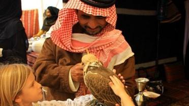 Rencontre entre les enfants et un faucon, animal  emblématique aux Émirats