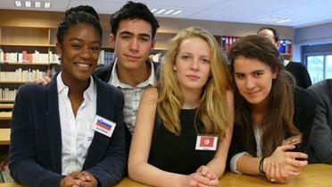 Des élèves épanouis, fiers de célébrer leur établissement.