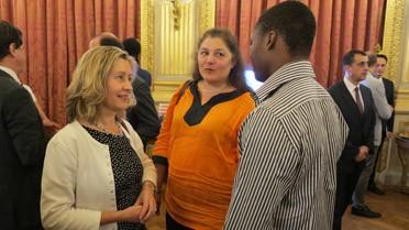 Hélène Conway-Mouret conversant avec un boursier Excellence-Major