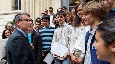 Moment d'échanges entre le ministre et les élèves