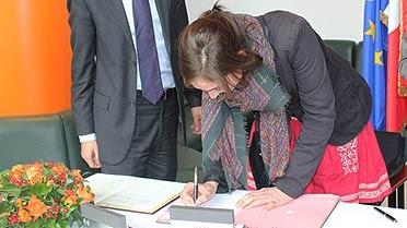 <strong>Signature de son engagement par la 1re volontaire</stron